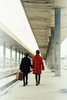 駅を歩く男の子と女の子