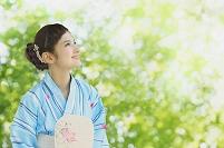 浴衣を着た笑顔の日本人女性
