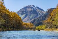 長野県 秋の梓川と焼岳