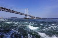 徳島県 鳴門海峡の渦潮と大鳴門橋
