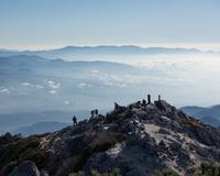 山梨県 甲斐駒ヶ岳山頂から見る駒ケ岳神社と奥秩父の山々