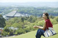 公園からの眺めを楽しむ日本人女性