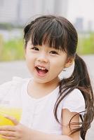 ペットボトルを持っている日本人の女の子