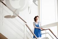 階段に佇む日本人女性