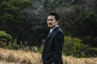 険しい表情の日本人ビジネスマン