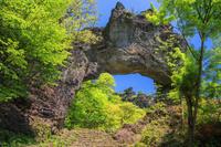 群馬県 新緑の妙義山 第四石門と大砲岩
