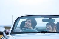 オープンカーに乗っているカップル