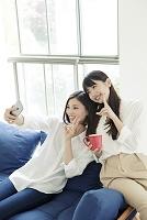自撮りをする20代日本人女性
