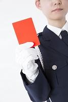 レッドカードを持つ女性警察官