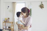 赤ちゃんを抱く母親