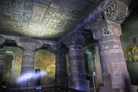 インド アジャンター石窟群 第1窟 柱頭部の彫刻と天井に描かれ...