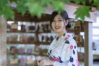 絵馬の前に佇む浴衣の日本人女性
