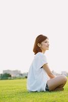 草原で寛ぐ日本人女性