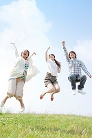 ジャンプしている若者