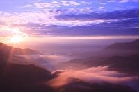 枝折峠から望む奥只見湖と滝雲の朝焼け