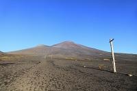 静岡県 御殿場口登山道 富士山と青空