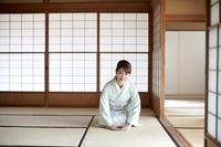 お辞儀をする日本人女性