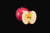 赤いふじりんごとカットされた断面