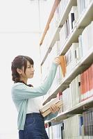図書館の女子大生