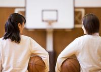バスケットボールを持つ高校生