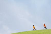 草原を走る双子の兄弟