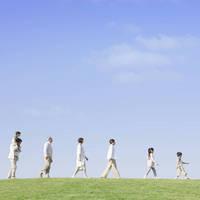 並んで歩く日本人家族