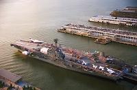 ニューヨーク ハドソン川・空母(博物館)と客船ターミナル