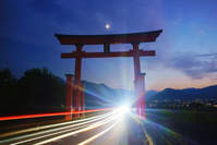 長野県 上田市 夕暮れの生島足島神社の大鳥居と月と自動車の光跡
