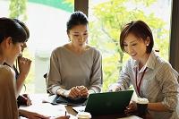 打合せをする日本人女性達
