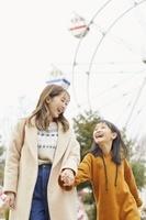 遊園地で遊ぶ日本人親子