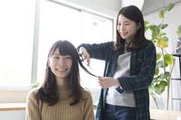 髪を切る日本人女性と美容師