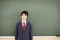 黒板の前に立つ男子高校生