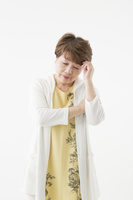 悩んでいるシニアの日本人女性