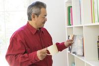 本を手にとる日本人男性