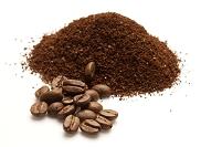 挽いたコーヒーとコーヒー豆