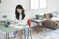 手紙を書く20代女性