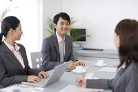 オフィスで会議中の若い男女の会社員