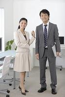 明るいオフィスで働く日本人ビジネスパーソン