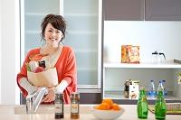 買い物袋を持っている笑顔の日本人女性