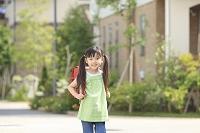 ランドセルを背負い住宅街を歩く女の子