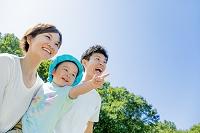 公園を息子を抱いて歩く両親