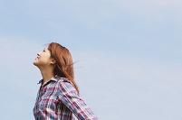 風を感じている女性