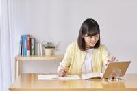 自宅でオンライン学習する女の子