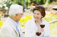 赤ワインを楽しむシニア夫婦