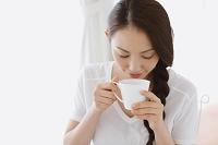 飲み物を飲む若い日本人女性