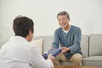 プレゼントを貰うシニアの日本人男性