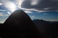 山梨県 9合目付近の岩と剣と富士山と鳳凰三山
