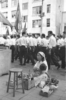 デモの隊列と靴磨き 昭和