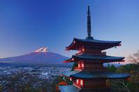 山梨県 富士吉田市 新倉山浅間神社の五重塔と朝の紅富士