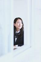 窓外を眺める女子高生